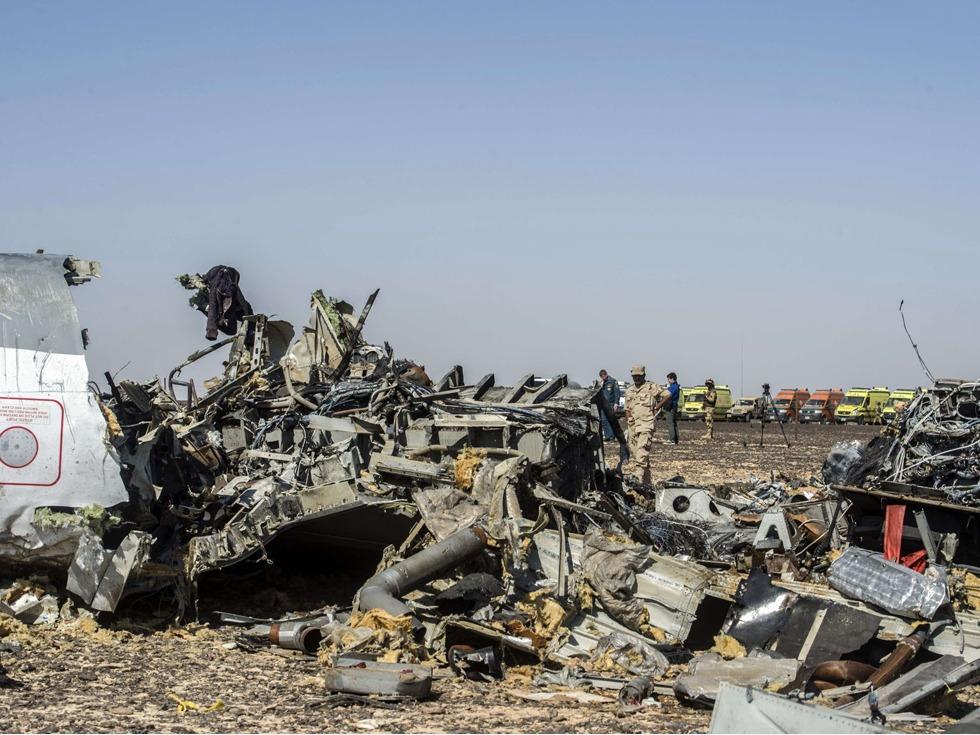 这表明,飞机还在高空时就已经解体。 纯粹因为技术故障而发生高空解体虽然不算是完全不可能,但几率太低,高空解体的判断一经抛出,飞机因遭恐怖袭击而坠毁的可能性大大增加。尽管埃及伊斯兰国(ISIS)分支有关地对空导弹击落民航的声明仍然站不住脚,但除了地对空导弹,对民航发动恐怖袭击的手段仍有很多,俄罗斯方面已经改口表示不排除一切可能性,未来的事故原因调查显然也将向恐怖袭击方向作出一定倾斜。 较为幸运的是,目前失事客机黑匣子已经找到,预期将能够较快地为悲剧发生原因提供第一手资料。然而,空难发生原因排查过程复